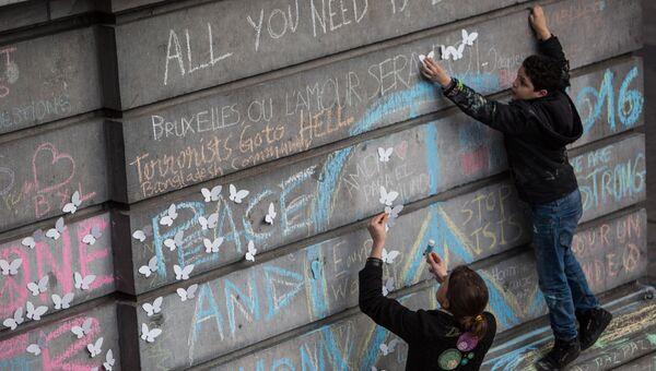 Участники траурного митинга в память о погибших в результате взрывов в аэропорту Завентем. Архивное фото