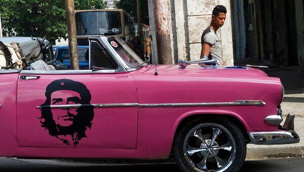 Автомобиль с портретом Че Гевары на улице Гаваны, Куба. Архивное фото