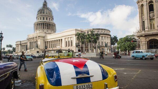 Возле здания Капитолия в Гаване, Куба. Архивное фото
