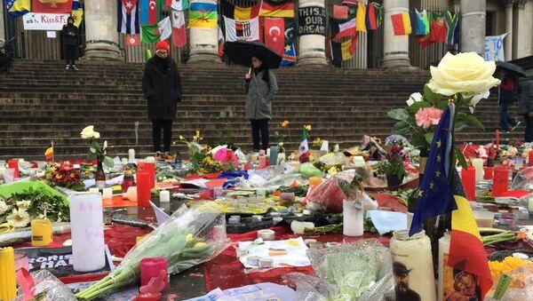 Цветы возле метро в Брюсселе, где был совершен теракт. 25 марта 2016. Архивное фото