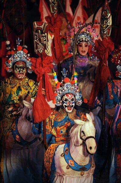 Участники Культурной труппы Ши-Хо из Шэньси (Китай) выступают на церемонии открытия фестиваля Спасская башня 2011 на Красной площади