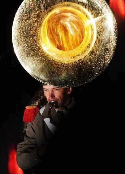 Музыкант оркестра испанской Королевской гвардии на международном военно-музыкальном фестивале Спасская башня на Красной площади в Москве