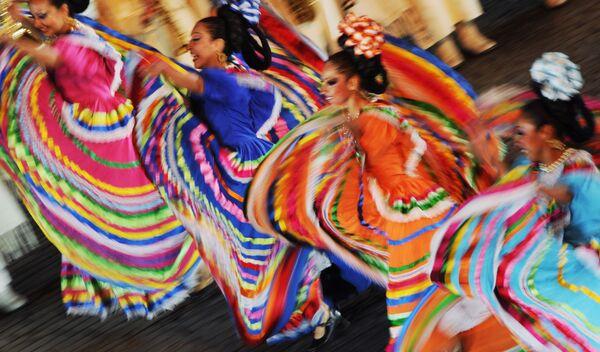 Мексиканская танцевальная группа фольклорного танцевального ансамбля Тенохтитлан выступает на международном военно-музыкальном фестивале Спасская башня на Красной площади в Москве