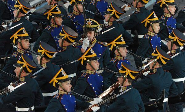 Военнослужащие роты специального караула Президентского полка выступают на закрытии международного военно-музыкального фестиваля Спасская башня 2011 на Красной площади в Москве