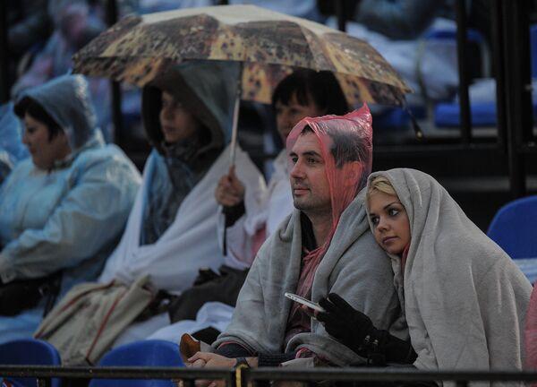 Зрители на международном военно-музыкальном фестивале Спасская башня