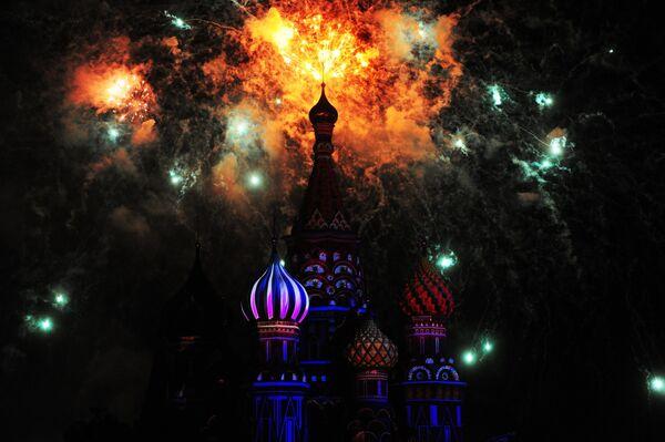 Праздничный салют на торжественном открытии международного военно-музыкального фестиваля Спасская башня на Красной площади.