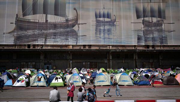 Мигранты в порту Пирея, Греция