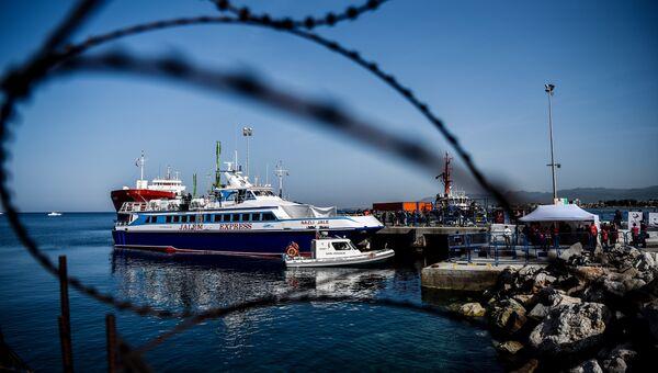 Турецкое судно с депортируемыми из Греции мигрантами. 4 апреля 2016. Архивное фото