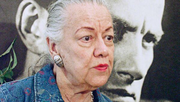 Дочь Владимира Маяковского Патриция Томпсон со своей книгой о поэте. Архивное фото