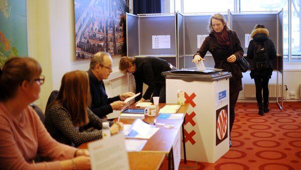 Избиратели во время голосования об ассоциации Украины с ЕС в Амстердаме. Архивное фото
