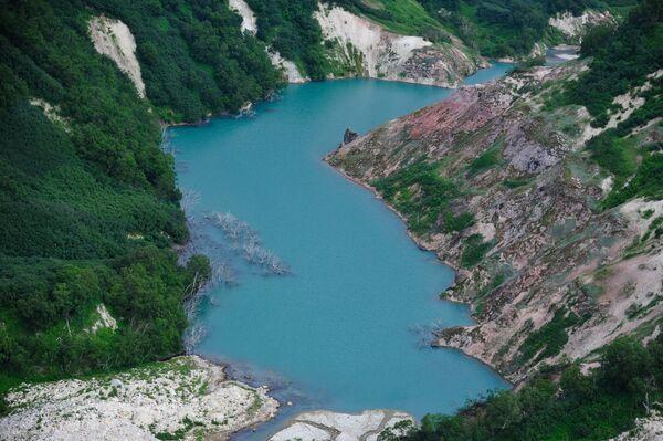 Вид на озеро Гейзерное в Долине Гейзеров в Кроноцком государственном природном биосферном заповеднике