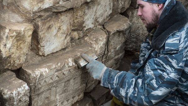 Археолог ведет раскопки