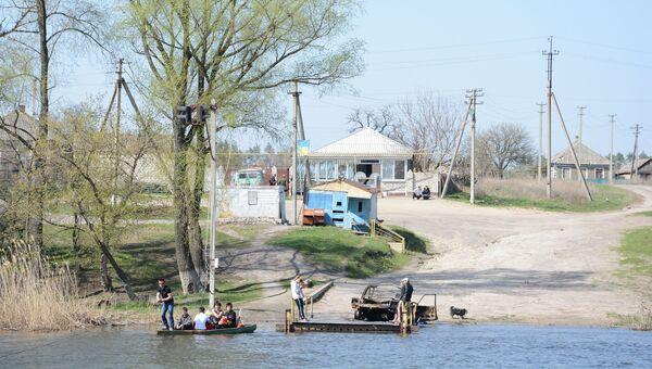Жители Донбасса пересекают реку Северский Донец (линия соприкосновения) с территории Украины в ЛНР. Архивное фото