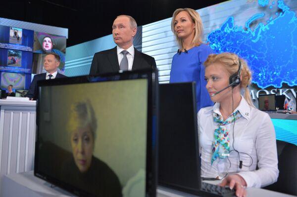 Президент России Владимир Путин отвечает на вопросы россиян в студии Гостиного двора во время ежегодной специальной программы Прямая линия с Владимиром Путиным