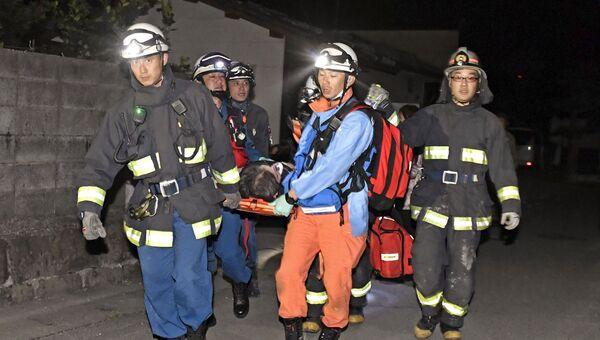 Спасатели работают на месте землетрясения на японском острове Кюсю