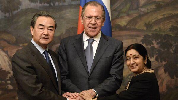 Министр иностранных дел Китая Ван И, министр иностранных дел России Сергей Лавров и министр иностранных дел Индии Сушма Сварадж