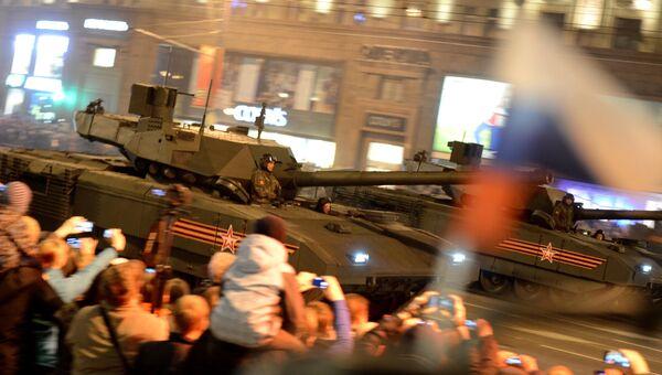 Танки на гусеничной платформе Т-14 Армата во время репетиции военного парада в Москве