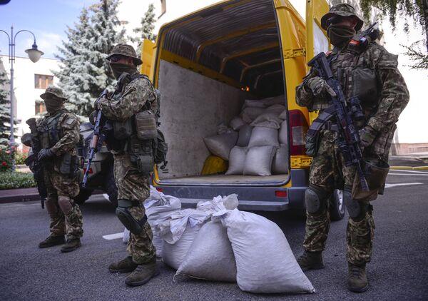 Сотрудники правоохранительных органов Украины с изъятым у контрабандистов янтарем