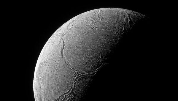 Спутник Сатурна Энцелад. Архивное фото