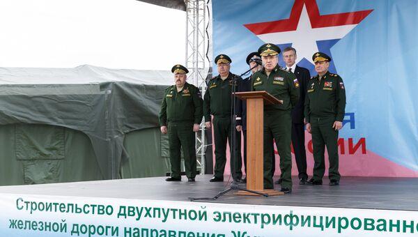 Представители Минобороны дали старт укладке рельсо-шпальной решетки на первом километре нового железнодорожного пути на участке Журавка-Миллерово.