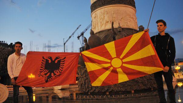 Участники митингов оппозиции с флагами Македонии (справа) и Албании в центре македонской столицы Скопье. Архивное фото