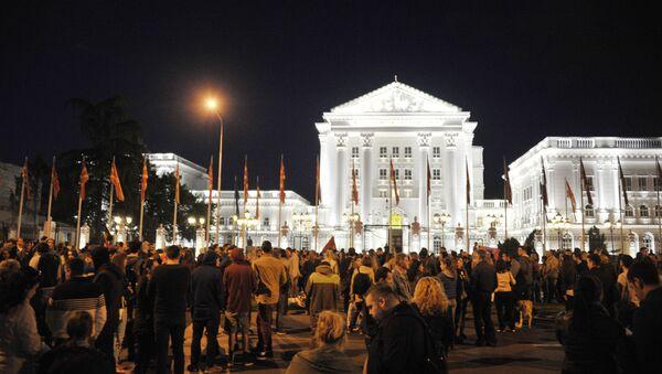 Участники митингов оппозиции перед зданием правительства Македонии в Скопье