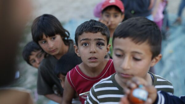 Дети в лагере для беженцев в деревне Идомени, Греция. Архивное фото
