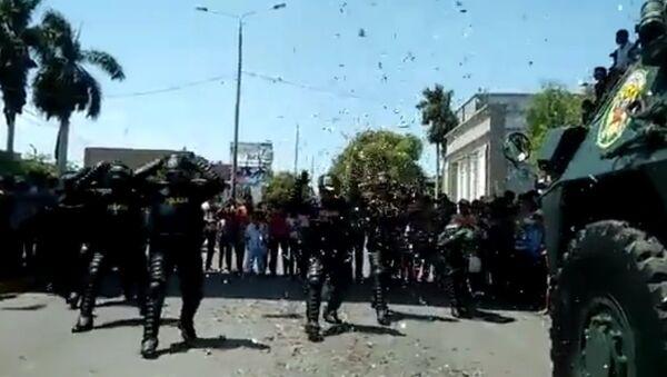 Танцуют все, даже полиция