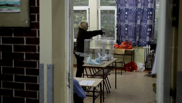 Женщина голосует на парламентских выборах в Сербии, 24 апреля 2016