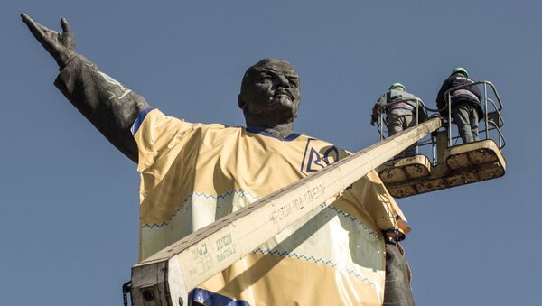 Демонтаж памятника Ленину в Запорожье. Архивное фото