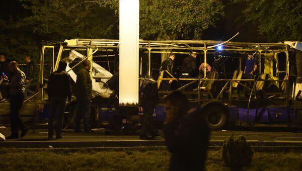 Сотрудники полиции на месте взрыва автобуса в Ереване, Армения