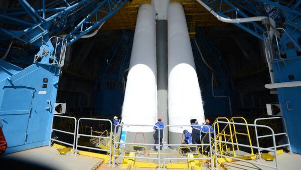 Ракета-носитель Союз-2.1а с российскими космическими аппаратами в  мобильной башне обслуживания на стартовом комплексе космодрома Восточный. 27 апреля 2016