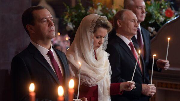 Президент РФ В. Путин и премьер-министр РФ Д. Медведев на пасхальном богослужении. Архивное фото