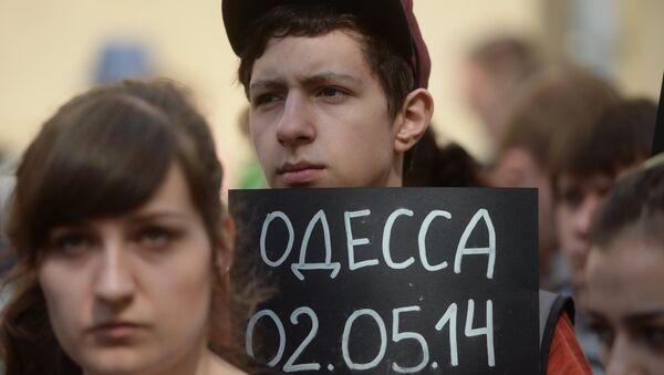 Участники акции в память о погибших при пожаре в одесском Доме профсоюзов у посольства Украины в Москве. Архивное фото
