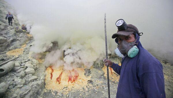 Добыча серы из кратера вулкана Иджен, Индонезия