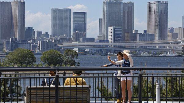 Пара делает селфи в районе Одайба, Япония