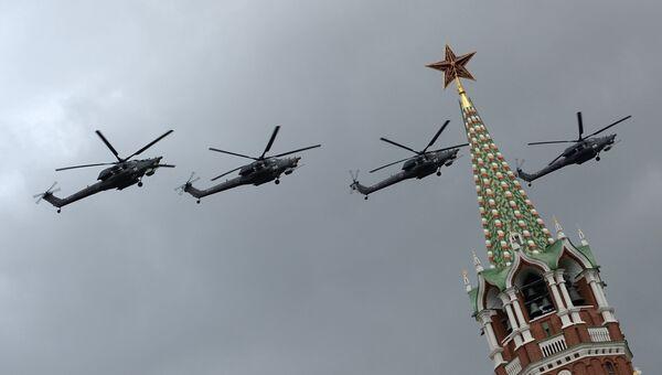 Ударные вертолеты Ми-35 на тренировке групп парадного строя авиации к параду Победы
