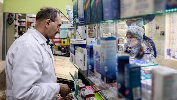 Продажа лекарств в аптеке. Архивное фото