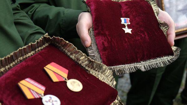 Медали офицера спецназа, героя России Александра Прохоренко, погибшего при выполнении боевой задачи в Сирии 17 марта