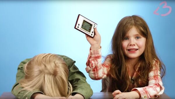 Дети тестируют советскую электронную игру Ну, погоди