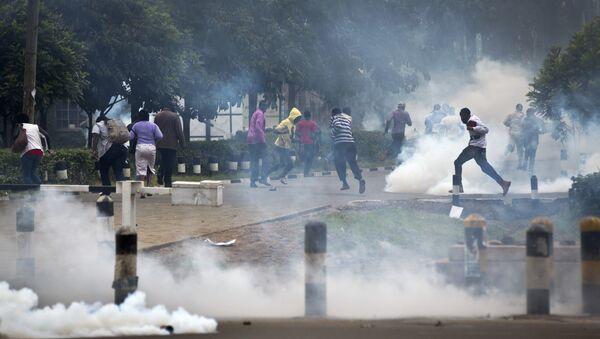 Полиция разгоняет сторонников оппозиции слезоточивым газом во время акции протеста. Архивное фото