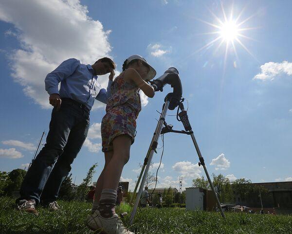 Наблюдение за прохождением Меркурия по диску Солнца 9 мая 2016 года в Варшаве, Польша