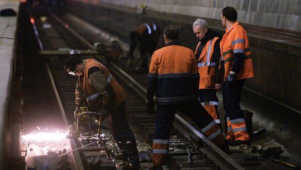 Рабочие на ремонтных работах станции Московского метрополитена. Архивное фото