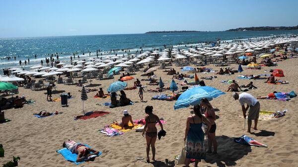 Туристы на пляже черноморского курорта Солнечный берег. Бургас, Болгария