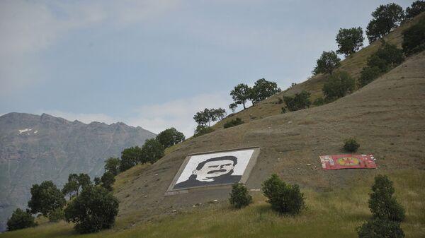 Портрет Оджалана и флаг РПК в горах Кандиль