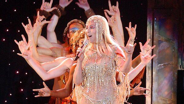 Американская поп-исполнительница Шер во время концерта в Будапеште, 2004 год. Архив