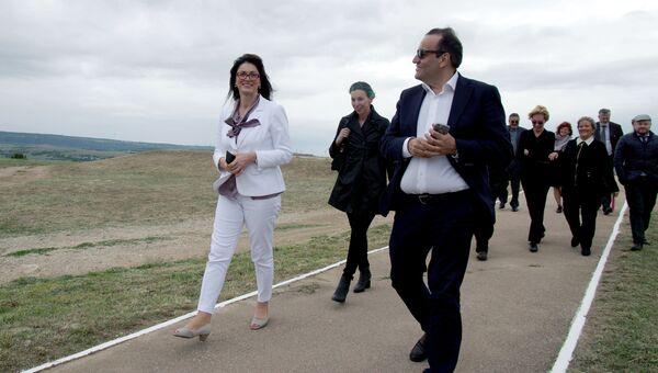 Группа итальянских парламентариев, прибывшая с визитом в Крым, во время посещения Итальянского (Сардинского) воинского кладбища времен первой обороны Севастополя на вершине горы Гасфорта