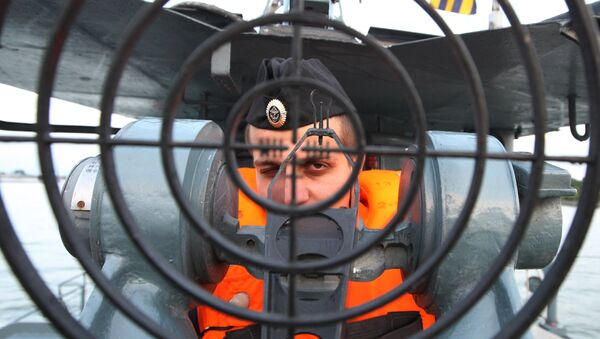 Комендор-оператор скорострельной пушки АУ-АК 306 на российском базовом тральщике Балтийского флота Сергей Колбасьев. Архивное фото