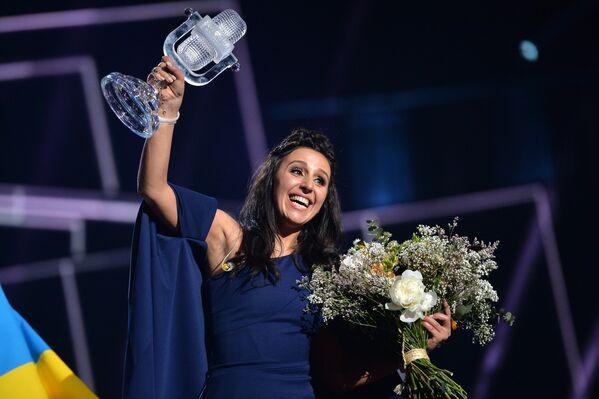 Джамала (Украина), победившая в финале международного конкурса Евровидение-2016, на церемонии награждения