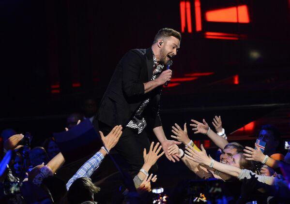 Джастин Тимберлейк в качестве приглашенного гостя выступает в финале 61-го международного конкурса песни Евровидение - 2016 в Стокгольме